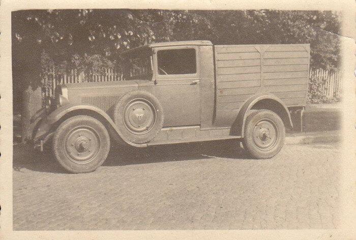 Das alte Lieferauto der Fleischerei, Framo genannt. Ein Auto mit Ladefläche und großer Motorhaube. Historisches Foto in schwarz-weiß.