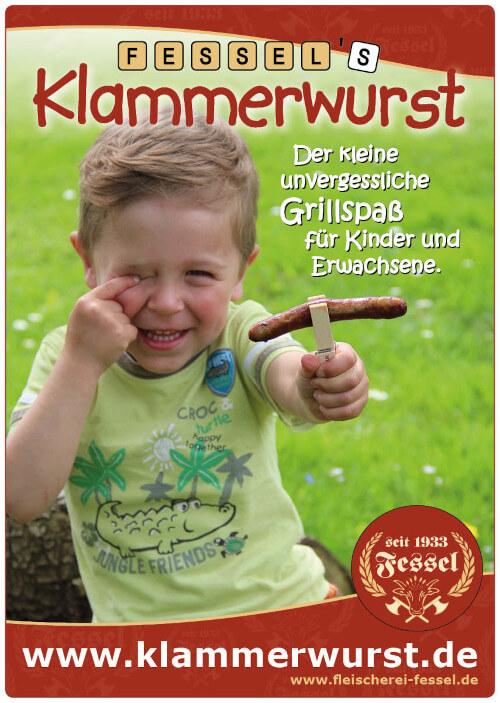 Plakat für die Klammerwurst. Kleiner Junge im Grünen. In der Hand eine Holzklammer mit einer gebratenen Klammerwurst.