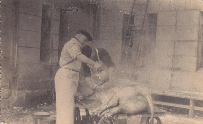Gerhard Fessel bei der Arbeit in der Fleischerei Fessel. Historisches Foto in schwarz-weiß.