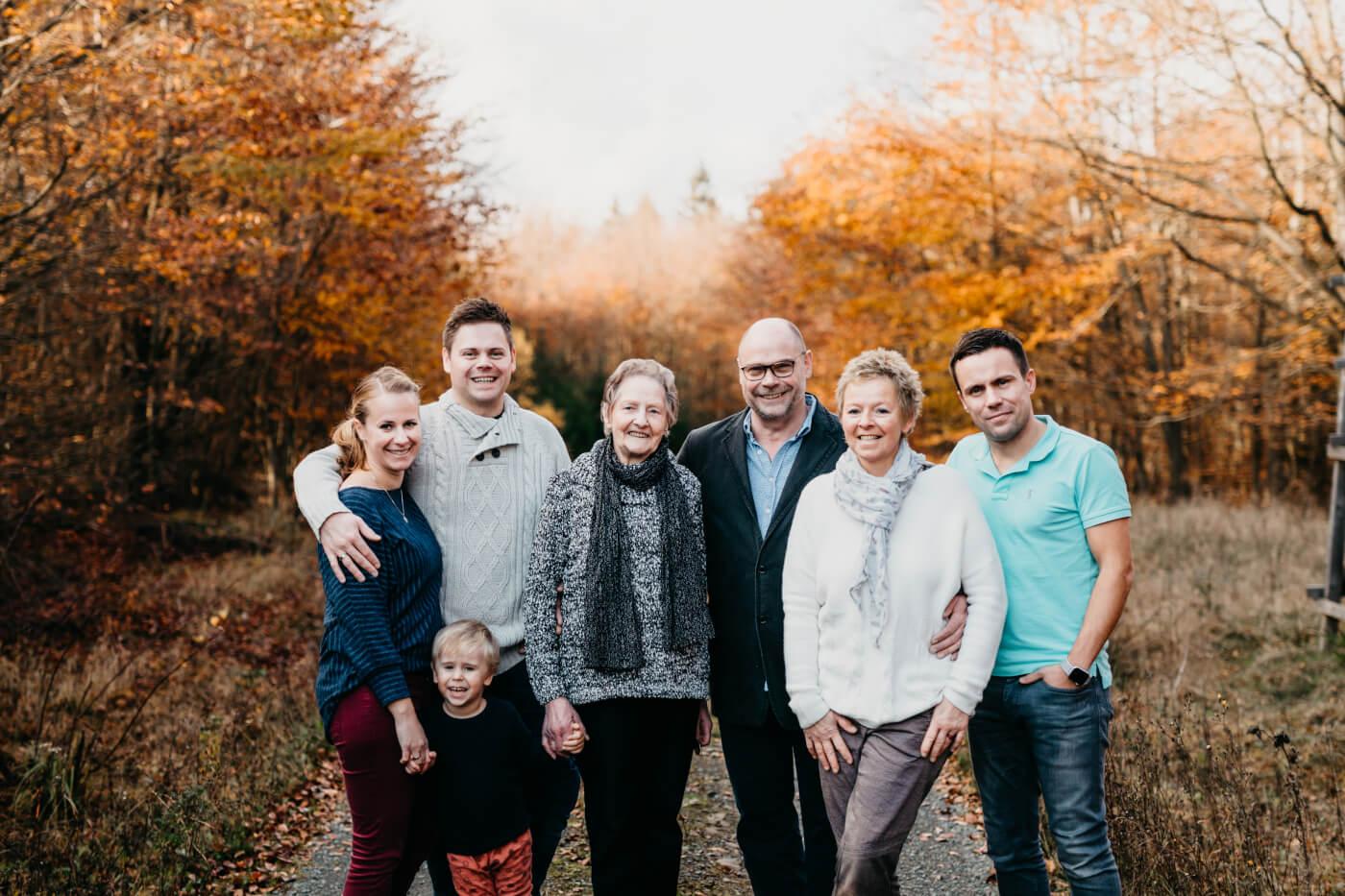 Die ganze Familie Fessel in vier Generationenauf einem Waldweg. Neben Hendrik und Olga Fessel mit Leo stehen Oma Lieschen, Erwin und Bettina Fessel und Christoph.