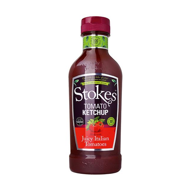 Eine Flasche Stokes Tomaten Ketchup. Schwarz-grünes Ettikett und weinroter Deckel.