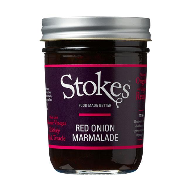 Ein Glas Red Onion Marmelade der Marke Stokes. Silberner Deckel und lila-pinkes Ettiket.