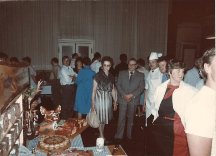 Ein Saal voller Menschen. Im Vordergrund ein Tisch mit vielen Fleischprodukten. Sie sind Teil von Erwin Fessels Meisterstück.