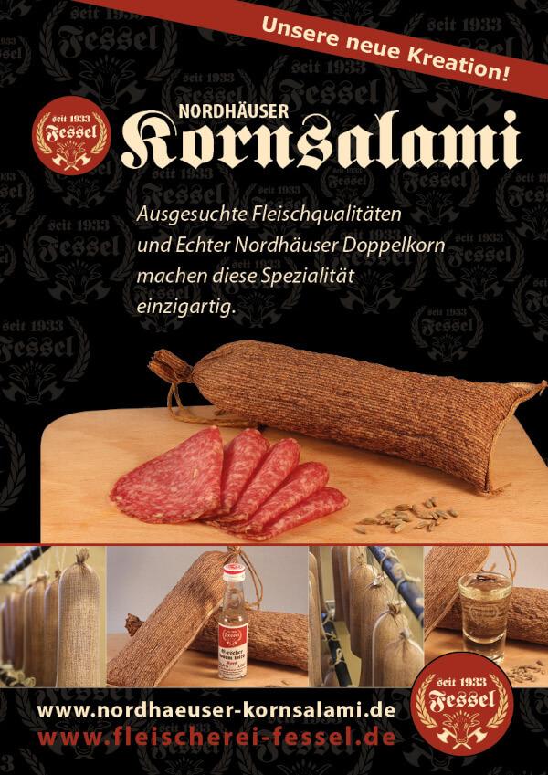 Schwarzes Plakat für die Kornsalami. Verschiedene Bilder der Salami und der rote Logo der Fleischerei.