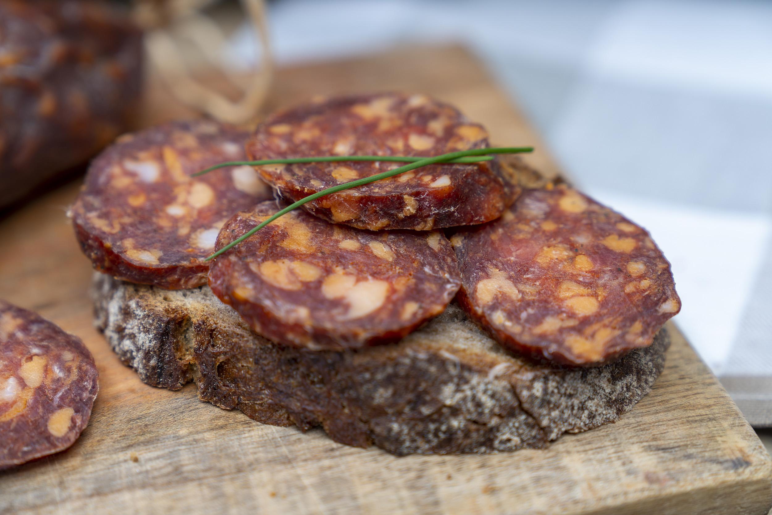 Eine Scheibe Brot mit einigen Scheiben Ungarische Salami.