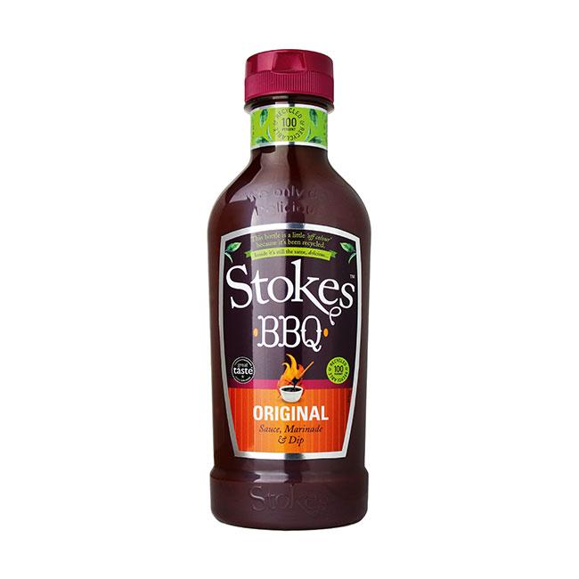 Eine Flasche Stokes Original BBQ Sauce. Schwarz-rotes Ettikett und weinroter Deckel.